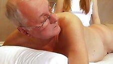 Подросток ебля старый клиент глубокая глотка сперма глотать
